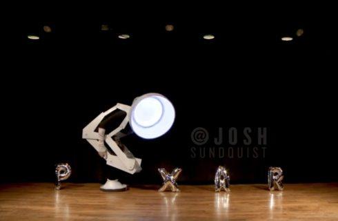 I 12 travestimenti di Josh che ogni anno gioca con la sua unica gamba