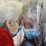 """Cos'è la """"stanza degli abbracci"""" e la necessità di non lasciare soli gli anziani"""