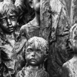 Annegati, lanciati in aria, fucilati e torturati: i neonati nei lager