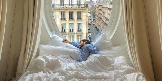 Chi sono gli sleep influencer, pagati per dormire, e cosa fanno esattamente