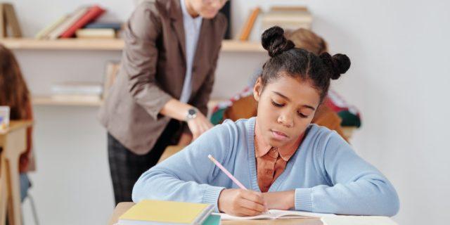 Curriculum nascosto, quei segnali che ci dicono sin da bambine che valiamo meno