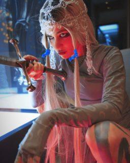 """Grimes mostra le sue """"cicatrici aliene"""": chi è l'artista che si fa chiamare """"c"""""""