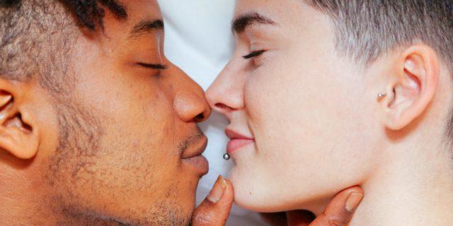 La realtà delle coppie miste in Italia, tra razzismo, pregiudizi e amore