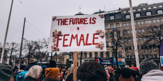Storia del femminismo: ondate e correnti dalle suffragette ai social network