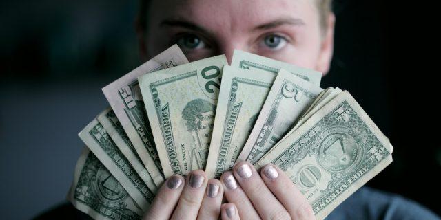 L'infedeltà finanziaria esiste e può rovinare il/la partner più dell'altra