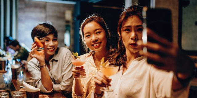 Social hangover, come riconoscere (e superare) i sintomi della sbornia social