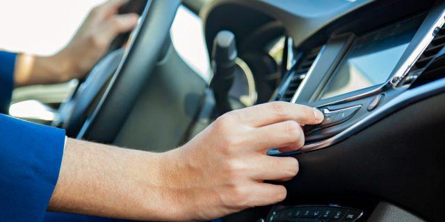 Perché abbassiamo il volume dell'autoradio quando parcheggiamo