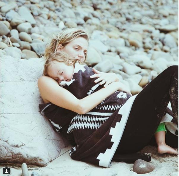 La rivoluzione di Amanda Booth, la modella posa su Vogue con il figlio down