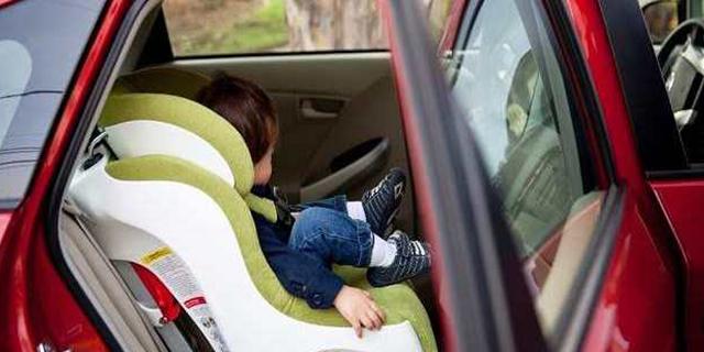 Bambini in auto, arriva l'obbligo dei sensori anti-abbandono