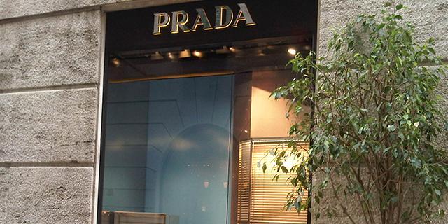 Milano, furto da oltre 100mila euro nel negozio Prada: rubate borse e portafogli