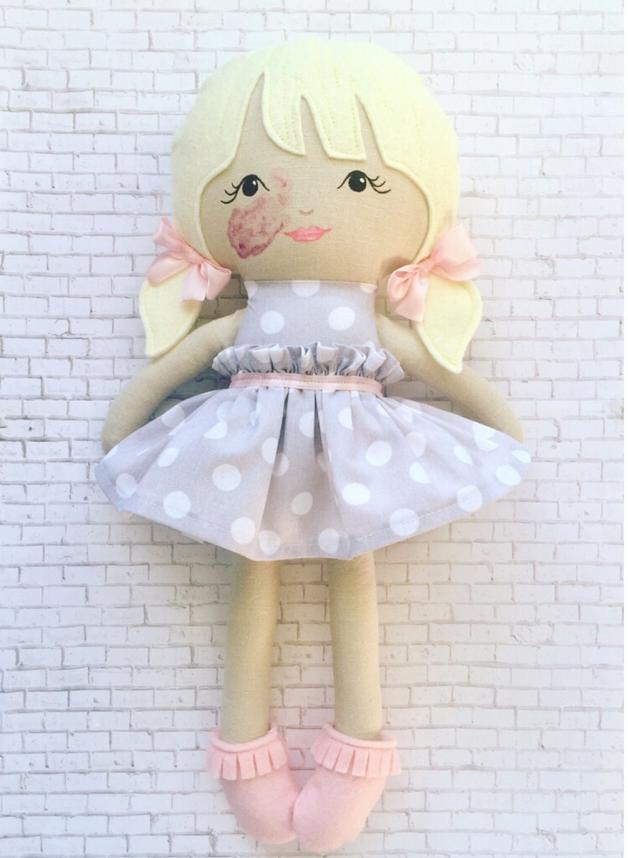 La gioia di Charlie quando la mamma le dona una bambola con la stessa voglia sul viso