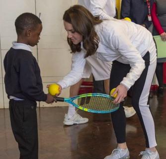 Kate Middleton in tuta gioca con i bambini e mostra il pancione