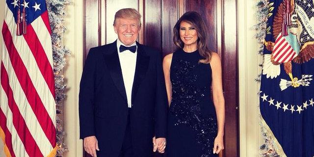 Primo anno da first lady, Melania Trump festeggia con una foto che scatena l'ironia dei social