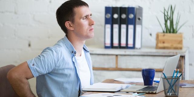 Dolori da ufficio: ne soffrono 8 impiegati su 10