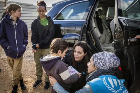"""Angelina Jolie tra i rifugiati siriani: """"c'è troppa povertà"""""""
