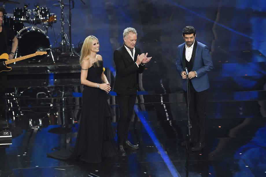 Tutti gli abiti (e le scollature) di Michelle Hunziker al festival di Sanremo