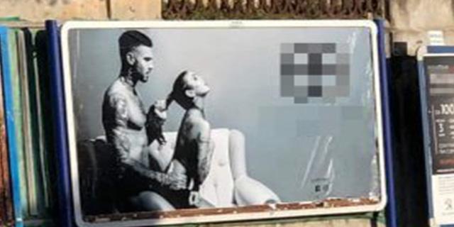 A Napoli la pubblicità con scene di sesso davanti all'ospedale pediatrico