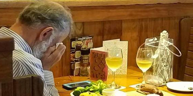 Cena da solo, con le ceneri della moglie. Il gesto di questo vedovo è un invito all'amore, per tutti