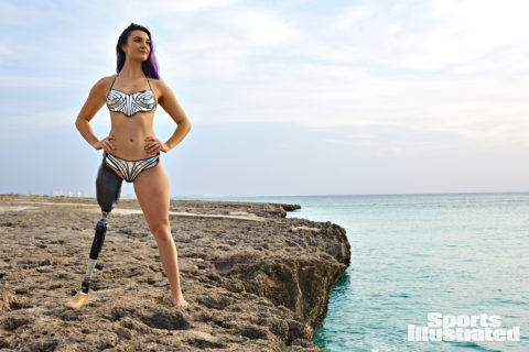 Brenna Huckaby, l'atleta paralimpica senza una gamba posa su Sport Illustrated