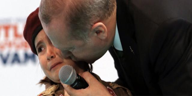 """Erdogan alla bimba: """"Se diventerà martire, a Dio piacendo, l'avvolgeremo nella bandiera"""""""