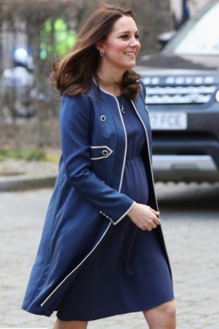 Il freddo non ferma Kate: visita al Royal College per la Duchessa quasi a fine gravidanza