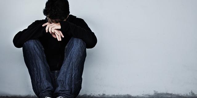 Ustioni, pugni e schiaffi dalla famiglia perché gay: 14enne denuncia violenze