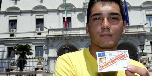 Patente sospesa perché gay: lo Stato deve risarcirlo con 100 mila euro