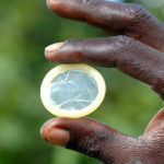 Perché il ministro dello Zimbabwe ha chiesto di produrre preservativi più grandi