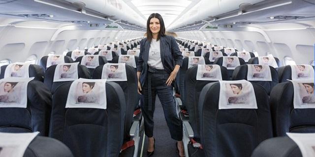 """Laura Pausini in versione hostess presenta il nuovo album """"Fatti sentire"""""""
