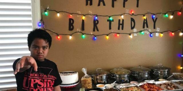 Nessuno va al suo compleanno a tema Stranger Things, il cast della serie gli fa una sorpresa