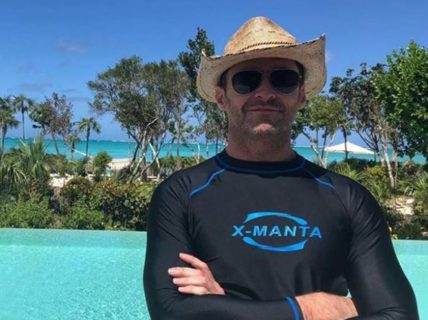 Hugh Jackman, al mare totalmente coperto per sensibilizzare all'uso delle protezioni solari