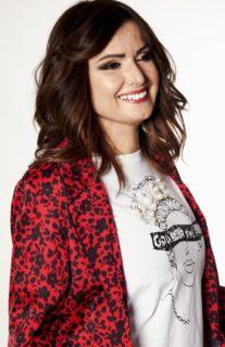 Bruciata dall'ex, Carla Caiazzo posa da modella e torna a sorridere