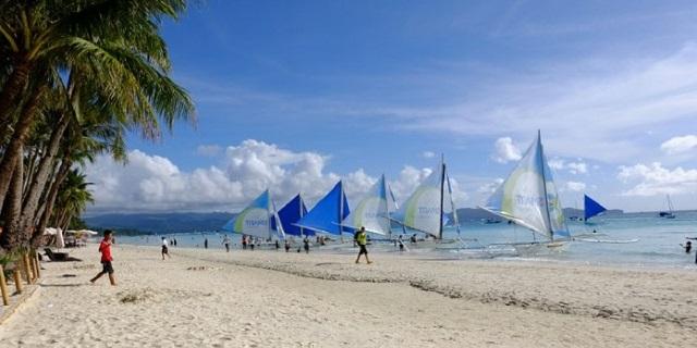 """L'isola di Boracay chiusa ai turisti per sei mesi: """"inquinano troppo"""""""