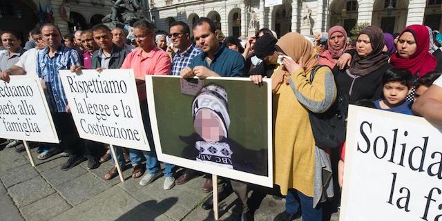 Bambini arabi affidati a cristiani, è protesta a Torino