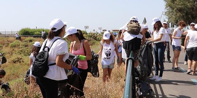 """Spiagge pulite, al via la campagna del Wwf """"Raccogliamo la plastica"""""""