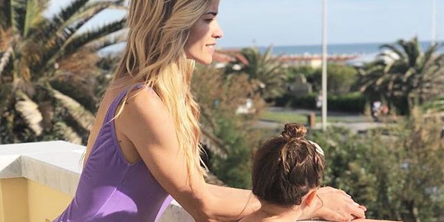"""Elena Santarelli criticata per la foto al mare: """"Se sorrido sono una cattiva madre?"""""""