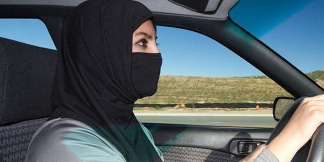 Arabia Saudita, svolta epocale: consegnate patenti di guida a dieci donne