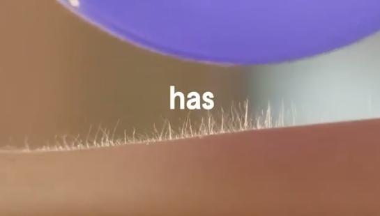 Finalmente la pubblicità di un rasoio in cui le donne si depilano peli veri