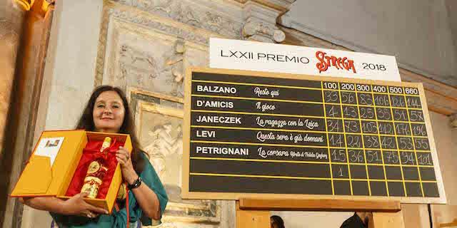 La ragazza con la Leica di Janeczek vince il Premio Strega