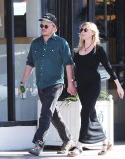 Niente scatti social: Kirsten Dunst presenta il figlio... all'aeroporto
