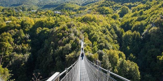 Sospesi sul Ponte nel Cielo, il ponte tibetano più alto d'Europa, in Italia