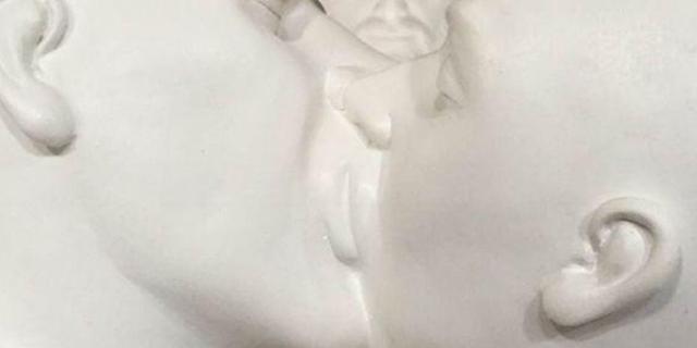 statua bacio gay