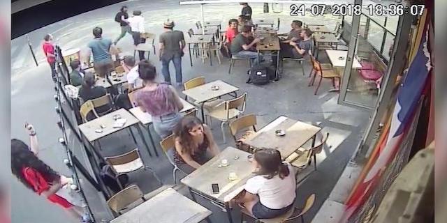 Risponde al molestatore e lui la schiaffeggia: il video denuncia di Marie