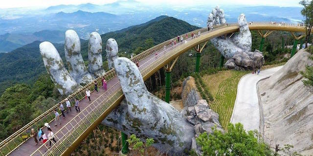 """Cau Vang, inaugurato  in Vietnam il ponte sorretto dalle """"mani di un gigante"""""""