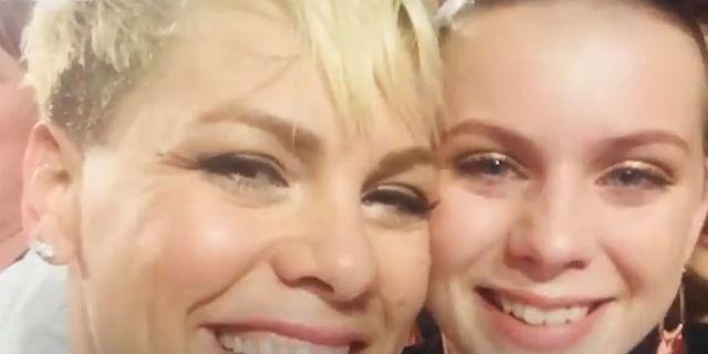 Pink interrompe il concerto per abbracciare una sua fan in lutto