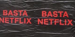 Negli ultimi giorni Milano è stata invasa da una serie di cartelloni con la scritta Basta Netflix, ecco il loro significato.