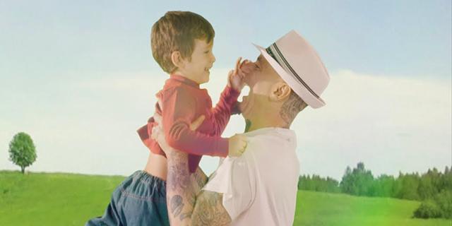"""Il video commovente di """"Tutto sua madre"""" di J-Ax: """"Canto il vuoto di chi non può avere un figlio""""."""