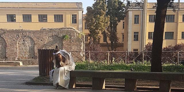 Chi è la sposa triste in giro sola per Milano: il mistero invade il web
