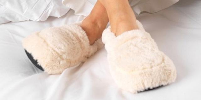 Basta con i piedi gelati: arrivano le pantofole che si scaldano in microonde