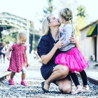 Scandalo per il bacio di David Beckham alla figlia: la risposta dei genitori del mondo